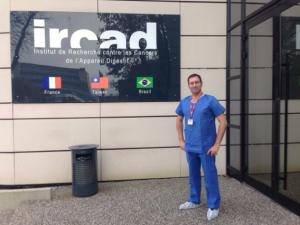 El-Dr.-Ayala-Gutiérrez-en-el-curso-RAMSES-de-Strasbourg-sobre-microcirugía-300x225