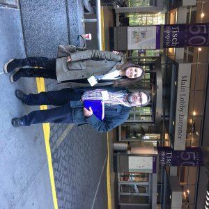 La Dra. Cavero del Complejo Hospitalario Universitario de León y el Dr Sanz en la puerta del NYU Langone Medical Center de New York